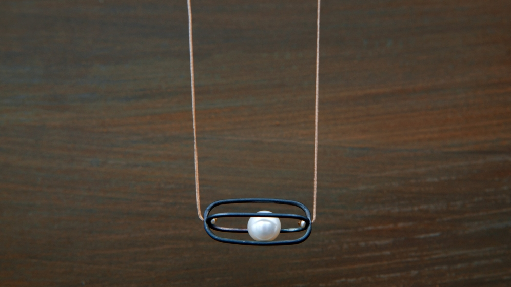 Moving-Pearl-(necklace)