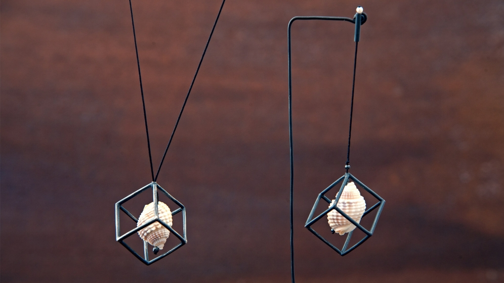 shell-in-cube-(pendant-and-earring)